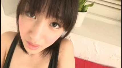 佐倉友香 紐のような水着がパイパンマンコに食込みくすんだ色が丸見えにのサムネイル画像