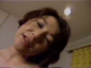 【無料jukujyo動画】ご主人にご飯をつくるときに着ているエプロンで亀頭をスリスリする