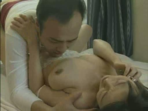 【ヘンリー塚本】ベロチューから始まるSEXの最中に電話に出た中国人女性をハメ続ける男性