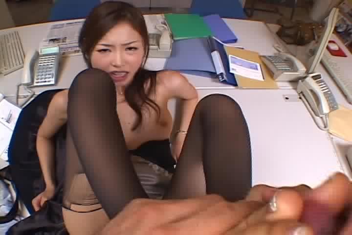 オフィスでこっそりエロ動画見ながらセンズリこく男www美人OLに見つかって。